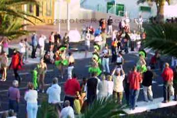 Beim Karneval auf der Insel Lanzarote. Exotisch anmutende Tänzerinnen mit grünen Federn geschmückt und sehr leicht bekleidet, tanzen zu heißen Samba Rhythmen.