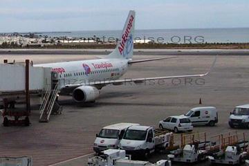 Flugzeug der Fluggesellschaft AirEuropa auf dem Flughafen von Lanzarote bei der Abfertigung am Gate.