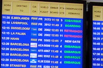 Anzeigetafel der Lanzarote Flüge beim Lanzarote Urlaub in der Abflughalle.