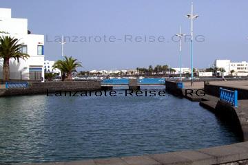 Alter kleiner Fischerhafen in der Altstadt in Arrecife der Hauptstadt von Lanzarote. Hier findet man neben dem kleinen Hafen Charo de San Gines, Tavernen wo man gemütlich Essen gehen kann.