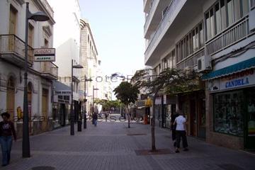Beim schlendern und Einkauf in der Fußgängerzone der Hauptstadt von der Insel Lanzarote, Arrecife.