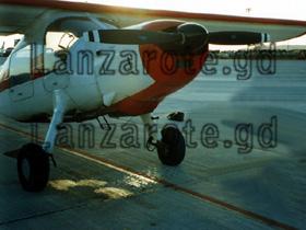Kleinflugzeug auf dem Flughafen von Arrecife wo auch die Flieger mit den Touristen landen.