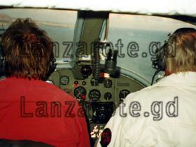 Im Cockpit kurz vor dem Abheben vom Flughafen auf der kanarischen Insel Lanzarote mit dem Sportflugzeug.