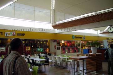 Passagiere beim schlendern durch die Abflughalle vom Airport auf der kanarischen Insel Lanzarote. Im Hintergrund erkennt man noch einen Teil vom Duty Free Shop.