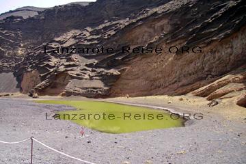 Kratersee bei El Golfo im Süd-Osten der Kanareninsel Lanzarote, ist eine der Sehenswürdigkeiten die gerne bei den Ausflügen angefahren wird.