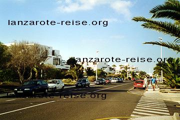 Costa Teguise, vor Los Molinos, Straße parallel etwa 200 Meter vom Strand entfernt.