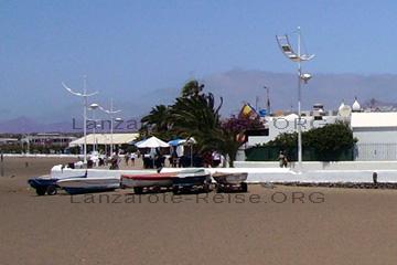 Fischerboote am Strand der Playa Honda, an der Ostküste von Lanzarote, zwischen Arrecife und Yaiza.
