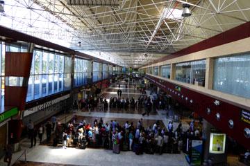 So sehen die Check-In-Schalter wie hier auf dem Foto in dem Terminal bei der Ankunft nach der Landung oder dem Abflug auf dem Flughafen Teneriffa-Süd aus, dem Flughafen Reina Sofia beim Kanrischen Inseln Urlaub.