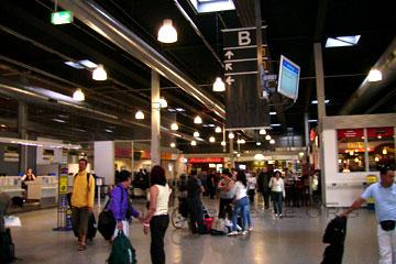 Passagiere in der Abflug-Halle B vom Flughafen Hahn in dem Deutschen Bundesland Rheinland-Pfalz bei der Anreise zum gebuchten Lanzarote Urlaub auf den Kanarischen Inseln.