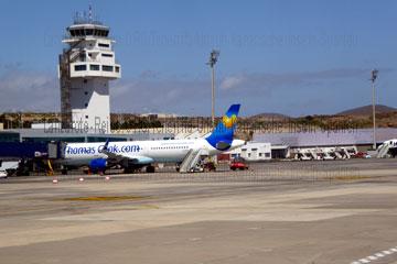 Dieses Foto zeigt den Tower und das sogenannte Vorfeld an dem Terminal bei der Ankunft nach der Landung oder dem Abflug auf dem Flughafen Teneriffa-Süd aus, dem Flughafen Reina Sofia beim Kanrischen Inseln Urlaub.