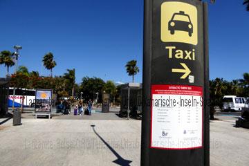 Wegweiser zum Taxitransfer am Flughafen Teneriffa-Süd auf den Kanarischen Inseln für die Weiterreise mit Preisangaben.