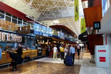 Hier auf diesem Foto sieht man die Tapa-Bar, daneben das Café und ein Stück weiter hinten den Burger King in dem Terminal bei der Ankunft nach der Landung oder dem Abflug auf dem Flughafen Teneriffa-Süd, dem Flughafen Reina Sofia beim Kanrischen Inseln Urlaub gleich wenn man den Terminal betritt.