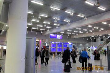 La Palma Anreise, das Bild zeigt einen Terminal in Frankfurt am Main, morgens vor dem Abflug wie sich die Passagiere zur Abfertigung an die Schalter begeben.