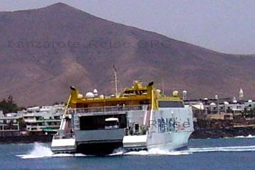 In die Schnellfähren der 4Fred Olsen Express passen außer den Passagieren auch noch ganze Lastwagen rein wie man auf dem Bild sieht wo die Fähre gerade in dem Hafen an der Anlegestelle an kommt.