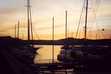 Auf der Segelyacht im Yachthafen der Inselhauptstadt Puerto del Rosario beim Kanaren Urlaub vor Anker liegend.