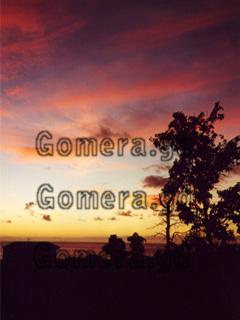 La Gomera, Sonnenuntergang im Valle Gran Rey, von unserer Ferienwohnung zwischen den Bananen einer Plantage aus betrachtet. Das ist immer wieder schön im Urlaub nach einer Wanderung abends diese rot leuchtende Sonnenuntergänge im Südwesten der Kanarischen Insel am Atlantik vor Afrika zu bestaunen.