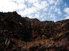 La Gomera, Felswand beim Trekking zum Hochplateau am Nationalpark.