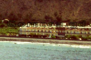 So kann man sich das vorstellen, wenn man sich ein Zimmer in einem Hotel im Valle Gran Rey (Tal) bucht. Direkt am Strand eben mit Blick auf den Atlantischen Ozean und den Passagierschiffen sowie Ausflugsboote der Touristen zum Delphin oder Wale beobachten.