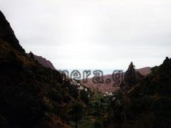 La Gomera, Schlucht bei El Cedro mit Aussicht auf die erstarrten Lavakegeln der erloschenen Vulkane.