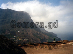 La Gomera, Hermigua Aussichtspunkt und gut zu erkennen was die Gegend um Hermigua ausmacht, die steile Hanglage der Ferienwohnungen mit Blick auf das Meer.