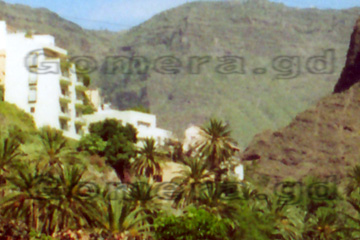 Ich persönlich würde mir da lieber ein Hotelzimmer auf La Gomera in einer Schlucht buchen, so wie das auf dem Bild idyllisch liegt.