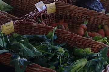 Die Karotten und der Broccoli in den Körben am Marktstand auf dem Markt in Haria mit Preisschilder aus dem Jahr 2010 im Großformat, damit Sie erkennen können wie das Gemüse aussieht.