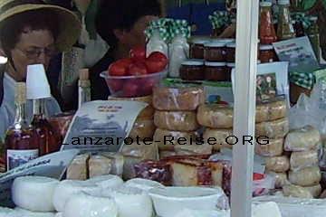 Die spanischen Delikatessen auf dem Markt in Haria auf de Kanarischen Insel Lanzarote, Queso Curada, ein ausgezeichneter Schafskäse neben einem Likör der auf Lanzarote hergestellt wird.