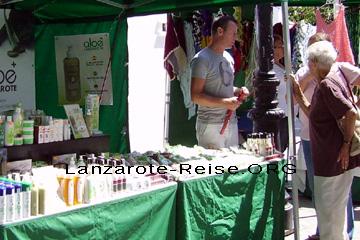 Aloe auf dem Markt in Haria. Der Händler erklärt den Damen welche Vorzüge man hat, wenn man Aloe Vera von den Kanarischen Inseln verwendet. Auch von dem Aloe Vera muss man eine neue Seite machen, da gibt es viel Content.