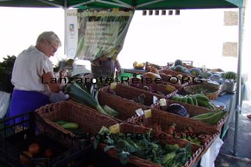Markt in Haria, eine Verkäuferin wo man Gemüse und Obst, das auf der Kanarischen Insel Lanzarote gewachsen ist, kaufen kann.