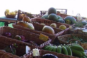 Papaya,  grüne und gelbe Bananen sowie Melonen und Paprika in den Körben am Marktstand auf dem Markt in Haria mit Preisschilder aus dem Jahr 2010 im Großformat, damit Sie erkennen können wie das Obst aus Lanzarote aussieht.