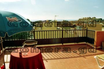 Aussicht von der Terrasse unseres Appartements auf der Insel La Gomera, mit Blick auf das Meer. Das ist aber schon ein Stück weiter weg. Rechts auf dem Bild, da gibt es noch eine größere Hotelanlage zu sehen.