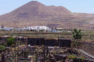 Eingang zum Kakteengarten Jardin de Cactus auf den Kanarischen Inseln, Lanzarote. Von innen im Kakteengarten fotografiert.