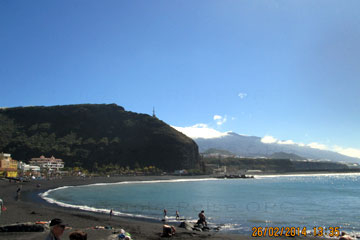 La Palma, schwarzer Strand wegen der Lavaströme und die Vulkanberge im Hintergrund so sieht die Geologie auf der Insel auf den Kanaren oftmals aus.