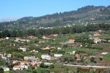 Freistehenden Ferienhäuser auf den Kanarischen Inseln, hier La Palma, Spanien an einem Berghang zwischen Kiefern und Pinien gelegen, in die Landschaft schön verteilt ohne die zu verschandeln.