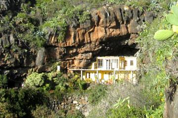 Schön gelegenes Traum-Ferienhaus in einer Traumlandschaft mit viel Grüne Pflanzen im Garten auf den Kanaren, der Insel La Palma, Spanien.