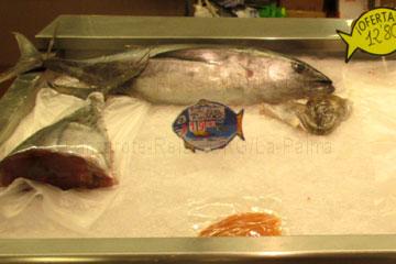 Ganze große frische Fische in der Fischtheke in einem Supermarkt auf der Kanarischen Insel La Palma, Spanien für 19,90 Euro pro Kilogramm.