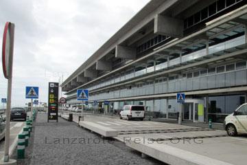 La Palma Flughafengebäude mit Kurzzeitparkplätzen beim Abflug von der kanarischen Insel.
