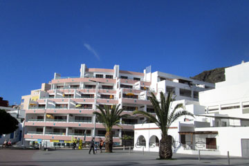 Hotelansicht mit Balkonen die nebeneinander liegen auf der Kanarischen Insel La Palma, wir hatten aber was anderes gebucht wie die nachfolgenden Bilder vom La Palma Urlaub auf den Kanaren noch zeigen.