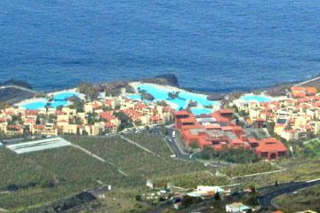 Hotelanlage am Strand auf der Kanarischen Insel La Palma mit Swimmingpool Landschaften und Blick aufs Meer.