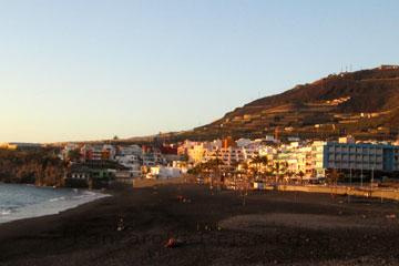 Hotelanlage am Strand auf der Kanarischen Insel La Palma wo wir uns aber kein Hotelzimmer gebucht hatten eine andere Unterkunft gebucht von der ich Ihnen schönere Bilder zeigen kann als das hier auf dem Bild mit dem schwarzen Strand der Kanaren. Bei genauem betrachten erkennt man hier außerdem noch einen Baukran über den Dächern mit seinem Ausleger hervor schauen (März 2014).