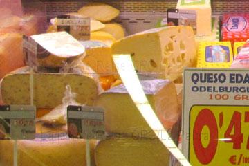 Käse in der Käsetheke im Supermarkt mit Preisen ausgezeichnet, Edamer Käse kostet auf La Palma auf den kanarischen Inseln, Spanien 0,47 Euro pro 100 Gramm, es gibt auch Käse für 16,45 € pro Kilo - in allen Preislagen zu kaufen wie man auf dem Bild erkennt.