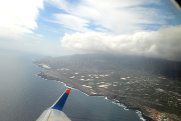 Beim Rückflug von der Kanarischen Insel La Palma nach Deutschland in Frankfurt am Main mit Zwischenlandung auf Lanzarote. Unter uns sieht man La Palma, sozusagen von oben unter dem Flügel vom Flugzeug hervor schauen.
