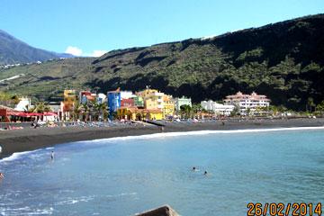 La Palma Westküste - Schwimmer im Atlantik gegen Ende Februar beim Kanaren Urlaub.