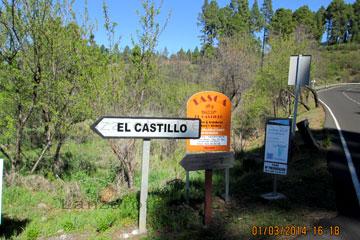 Straße auf der Kanarischen Insel La Palma mit Leitplanke in Richtung El Castillo.