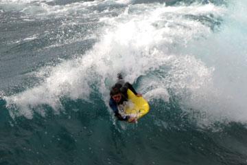 Wassersportler beim Surfen im Atlantik auf der kanarischen Insel La Palma, Spanien.