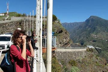 La Palma Urlauber mit Fernglas zum besseren Weitblick in die Täler und auf die steilen Felswände der erloschenen Vulkane beim Wandern auf der Kanarischen Insel vor Afrika im Frühling.