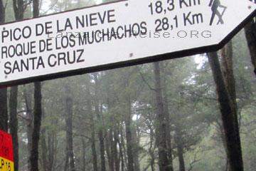 Entfernungsangabe auf einem Wegweiser bei einer Wanderung auf der Kanarischen Insel La Palma. 18,3 Kilometer bis zum Pico de la Nieve und 28,1 Kilometer bis zum Roque de Los Muchachos auf La Palma.