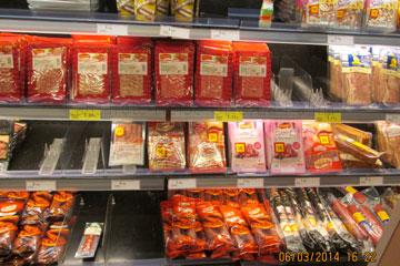 Aufschnitt- Wurst verpackt in Folie in einem Supermarkt auf den kanarischen Inseln, Spanien und mit Preisen aus dem März 2014 ausgezeichnet.