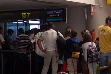 Passagiere an den Schaltern der Ablughalle der Fluggesellschaften und beim einchecken oder den Umbuchungen beim Lanzarote Urlaub auf den Kanarischen Inseln.