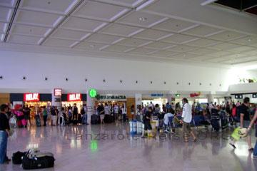Passagiere in der Abflug-Halle vom Airport auf der Kanarischen Insel Lanzarote.